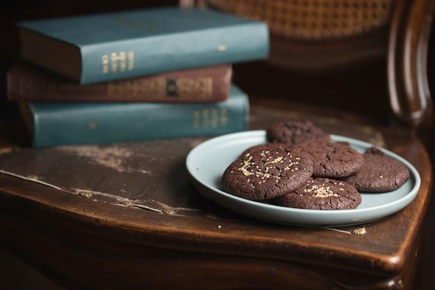 Schokoladenplätzchen auf dem teller