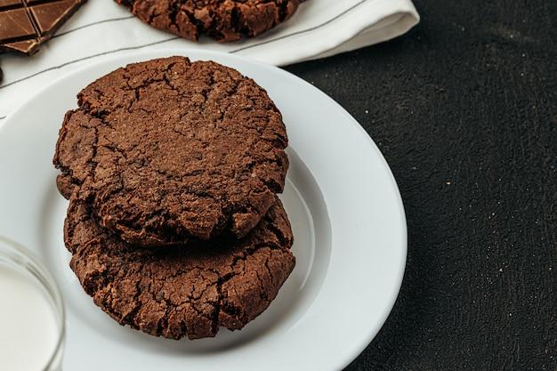Schokoladenplätzchen auf dunklem tisch schließen oben