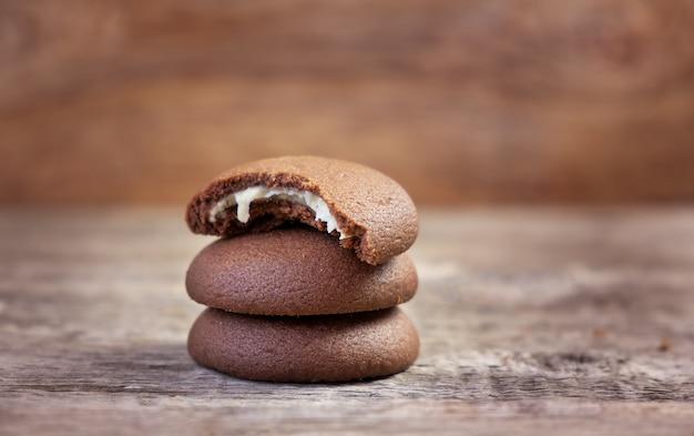Schokoladenplätzchen auf einem hölzernen schneidebrett