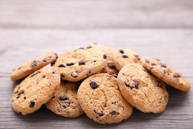 Schokoladenplätzchen auf grauer tabelle. chocolate chip cookies erschossen