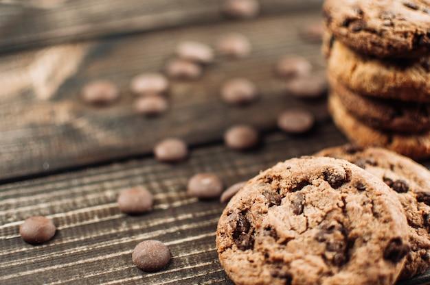 Schokoladenplätzchen auf holztisch. chocolate chip cookies erschossen
