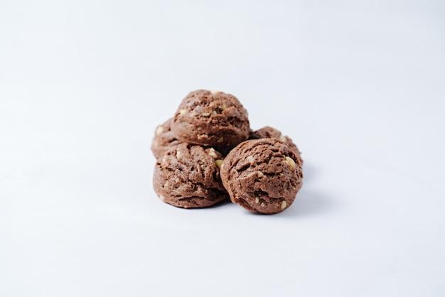 Schokoladenplätzchen gefüllt mit erdnüssen