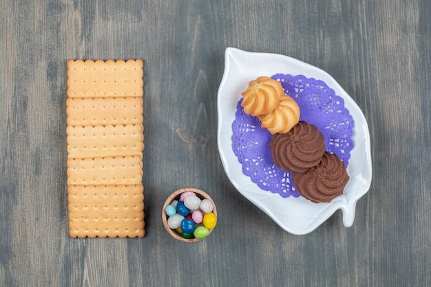 Schokoladenplätzchen mit crackern und bunten bonbons