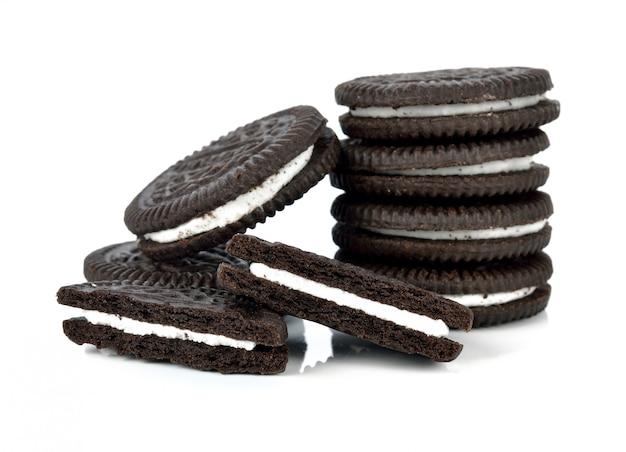 Schokoladenplätzchen mit der sahne getrennt auf weiß