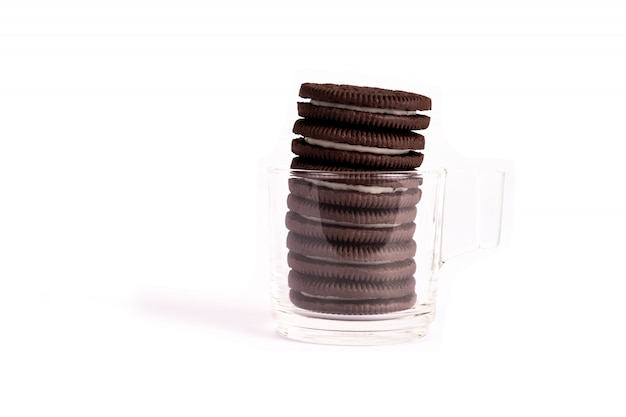 Schokoladenplätzchen mit der sahne getrennt auf weiß.