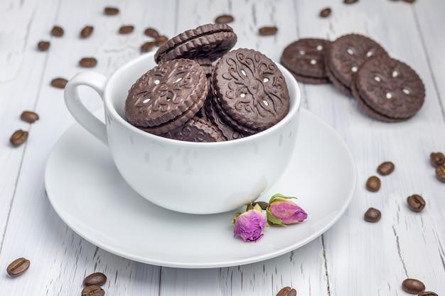 Schokoladenplätzchen mit füllung in der tasse