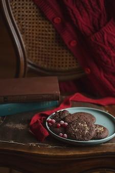 Schokoladenplätzchen mit gefrorenen kirschen auf dem teller