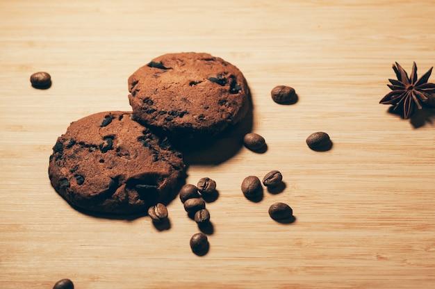 Schokoladenplätzchen mit kaffeebohnen und anis