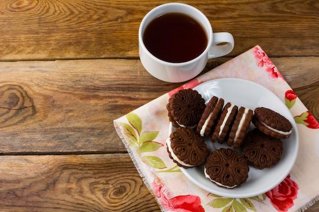 Schokoladenplätzchen sandviches und tasse tee