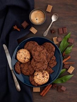 Schokoladenplätzchen und kaffee
