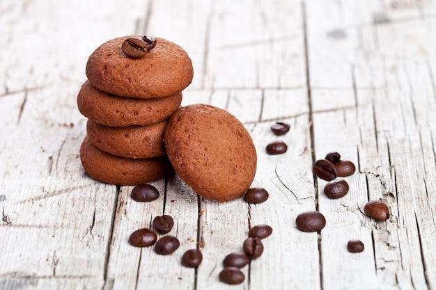 Schokoladenplätzchen und kaffeebohnen