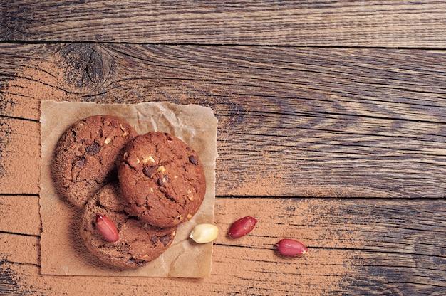 Schokoladenplätzchen und nüsse auf weinlesetisch