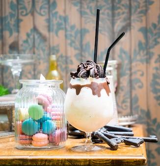 Schokoladenplätzchen und sahneerschütterunggetränk im süßen café