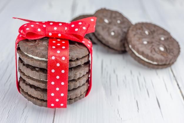 Schokoladenplätzchen zusammengebunden mit rotem band