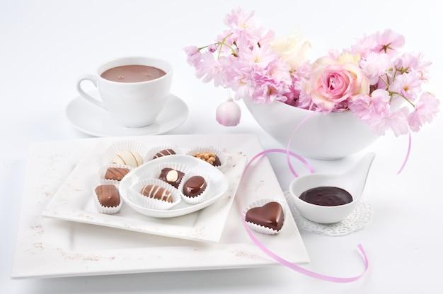 Schokoladenpralinen mit frühlingsdekorationen