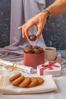 Schokoladenpralinen und kekse auf einem stück handtuch