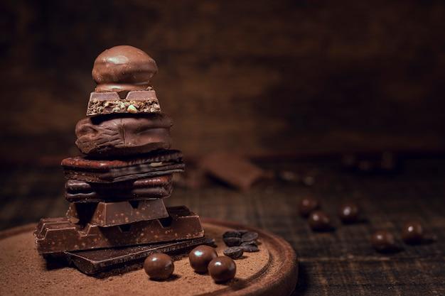 Schokoladenpyramide mit unscharfem hintergrund