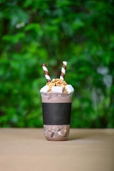 Schokoladenrasur-eis auf holztisch