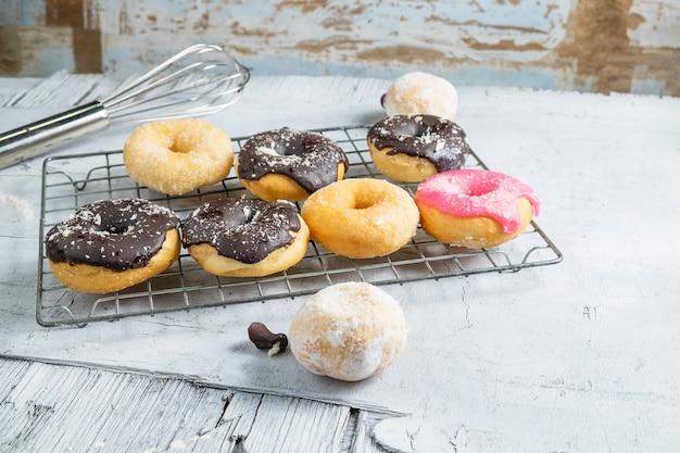 Schokoladenschaumgummiringe und rosa schaumgummiringe auf dem küchentisch