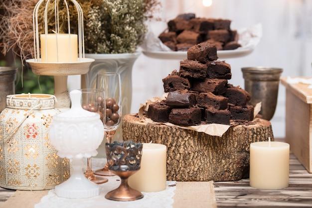Schokoladenschokoladenkuchen, in gestapelt auf holztisch