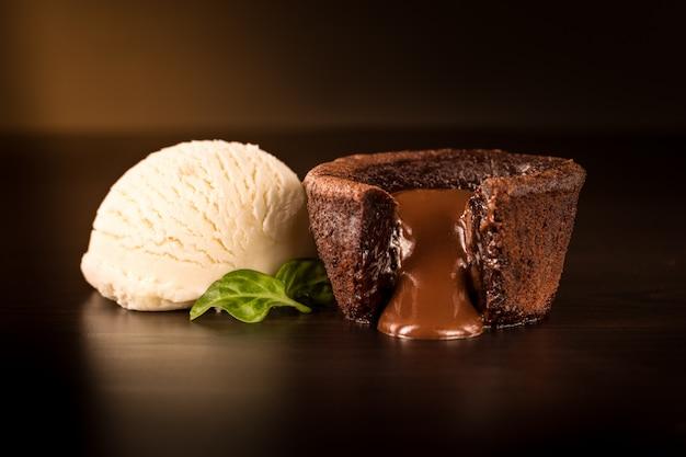 Schokoladenschokoladenkuchen mit vanilleeis