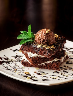 Schokoladenschokoladenkuchenkuchen mit einer kugel eiscreme.
