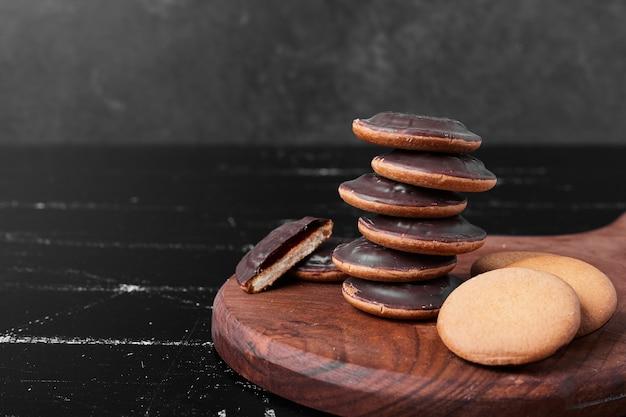 Schokoladenschwammplätzchen auf einem holzbrett