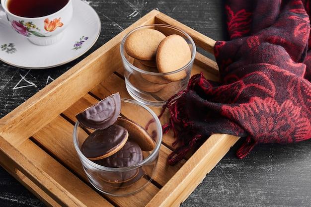 Schokoladenschwammplätzchen in einer glasschale.