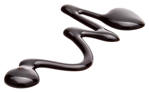 Schokoladensiruptropfen isoliert auf weißem hintergrund