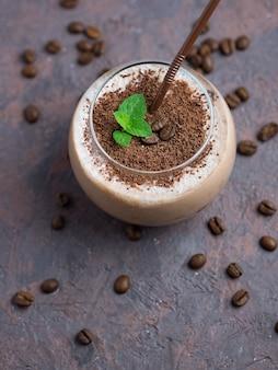 Schokoladensmoothie mit kaffee, kakao und milch, mit schokoladenstückchen bestreut
