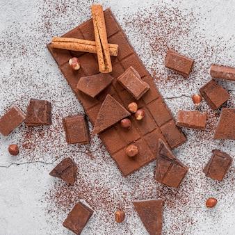 Schokoladensortiment auf hellem hintergrund
