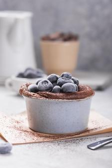 Schokoladensouffle mit gefrorener blaubeere. französisches traditionelles dessert.