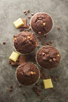 Schokoladensplittermuffin mit schokoriegel.
