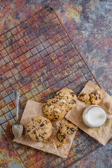 Schokoladensplitterplätzchen auf rustikalem hintergrund, selbst gemachter schokoladensplitter-plätzchenteig.