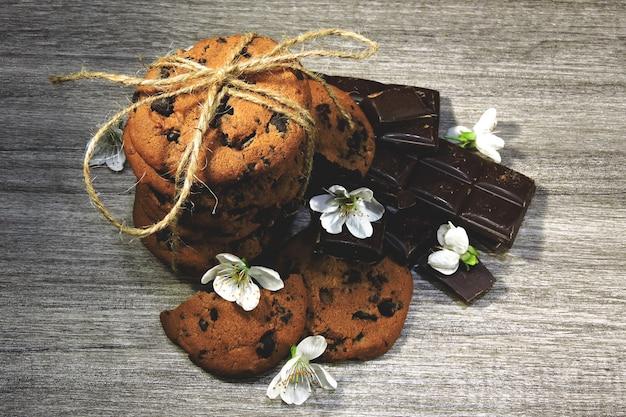 Schokoladensplitterplätzchen und weiße blumen.