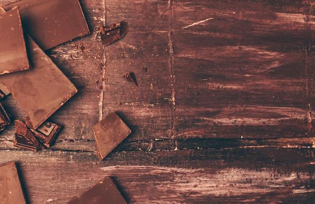 Schokoladenstückchen mit krümel links