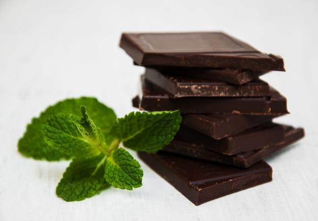 Schokoladenstücke mit einem blatt minze