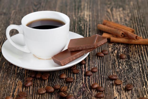 Schokoladenstücke mit kaffeetasse und gewürzen