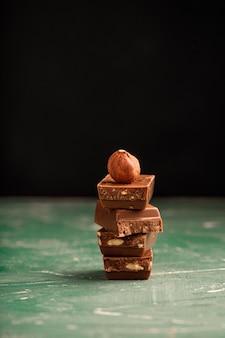 Schokoladenstücke mit nüssen auf dem tisch