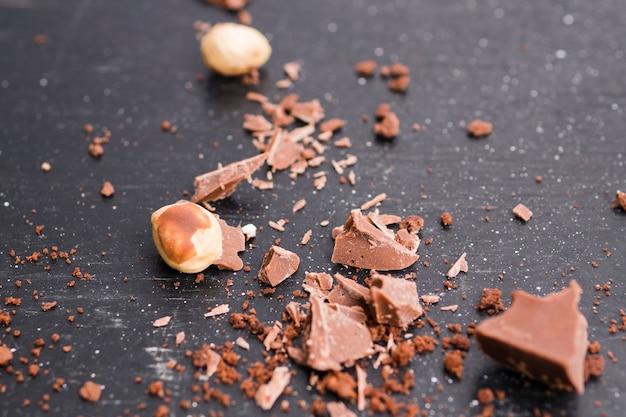 Schokoladenstücke und nüsse