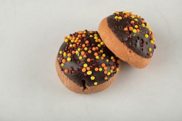Schokoladensüße donuts mit bunten streuseln.