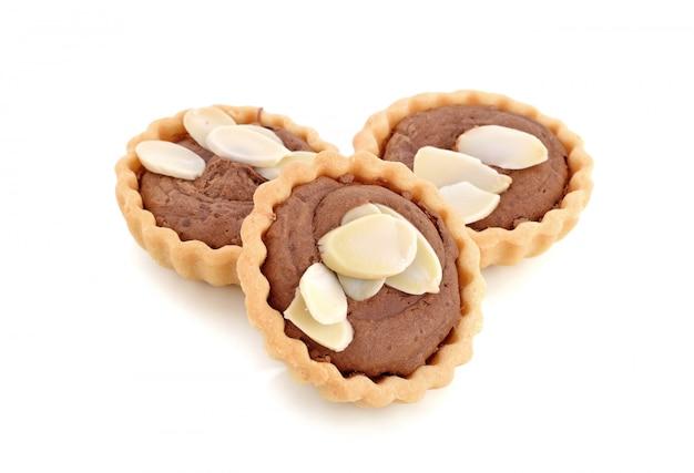 Schokoladentörtchen mit der mandel lokalisiert