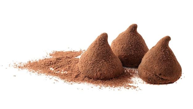 Schokoladentrüffel auf weißem hintergrund