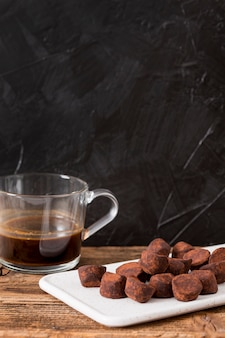 Schokoladentrüffel in kakaopulver