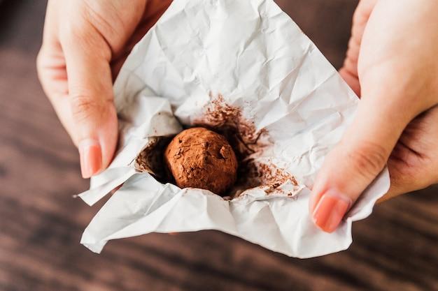 Schokoladentrüffel mit einem schokoladen-ganache-kern, überzogen mit schokolade, kakaopulver.