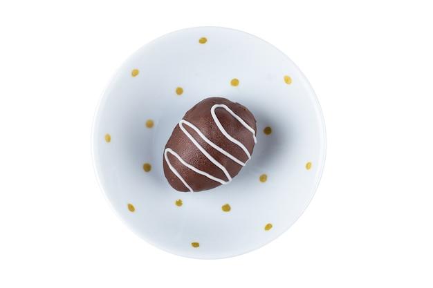 Schokoladentrüffel mit erdbeerfüllung lokalisiert auf weiß