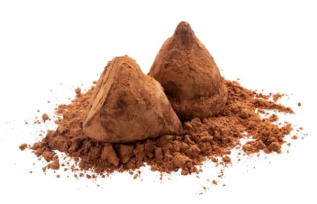 Schokoladentrüffeln auf dem kakaopulver lokalisiert auf weiß