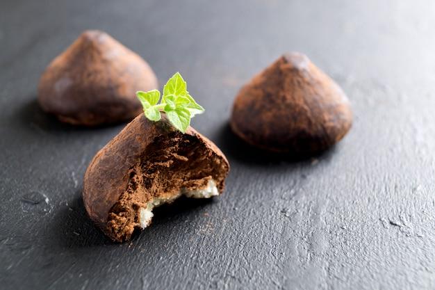 Schokoladentrüffeln auf einem grauen hintergrund.
