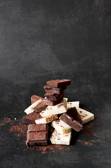 Schokoladenturmzusammensetzung auf dunklem hintergrund