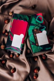 Schokoladenverpackung auf einem zerknitterten satinstoff
